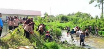 Satgas TMMD Ke-98 Kodim 0418/Plg Gotong Royong Bersihkan Sungai