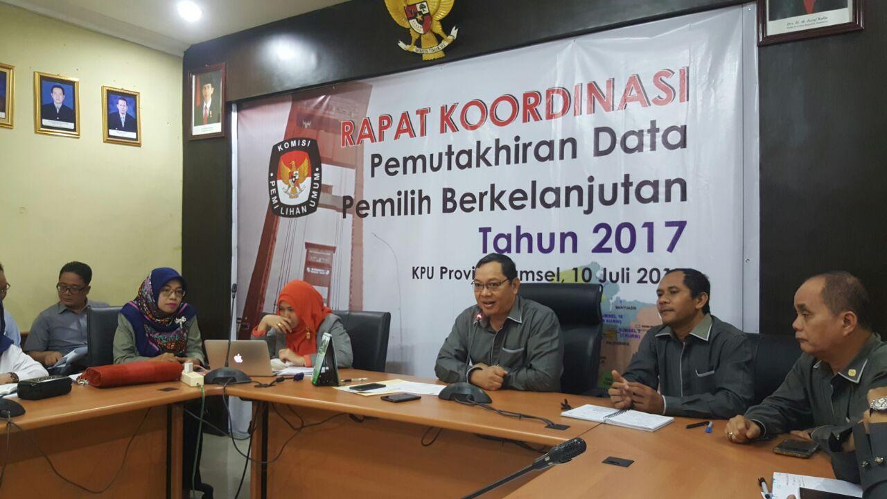 Ketua KPU Sumsel, Aspahani memimpin rakor pemutakhiran data, kemarin di kantor KPU Sumsel Jakabaring Palembang