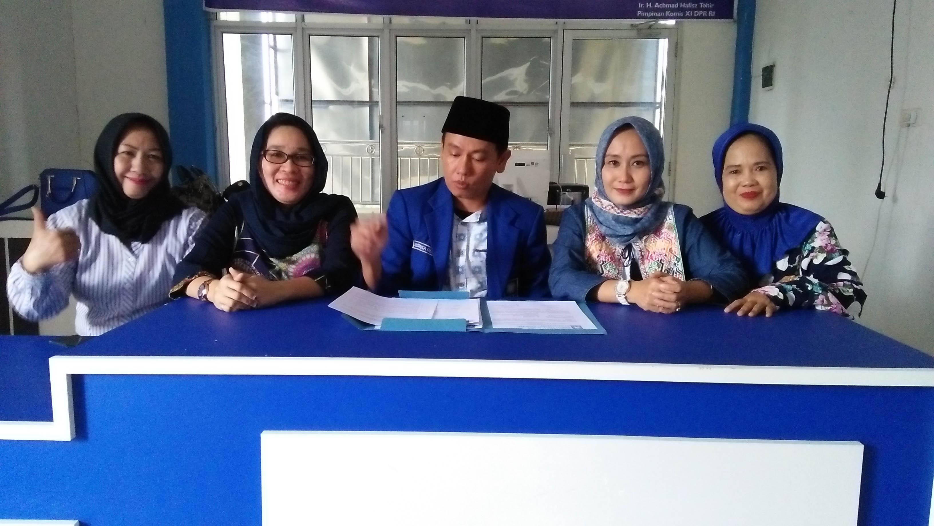 Sekretaris DPD PAN Kota Palembang,Ruspanda Karibullah, bersama pengurus DPD PAN Palembang saat gelaran jumpa pers pembukaan pendaftaran balon Wali Kota -Wakil Wali kota Palembang kemarin di kantor PAN Palembang.