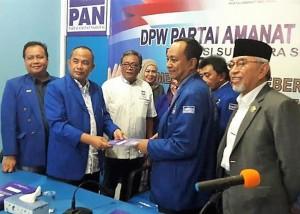 Sekretaris DPD Partai Demokrat MF Ridho mewakili Ishak Mekki mengambil formulir balon Gubernur di DPW PAN Sumsel .