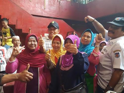 Mayjen TNI (Purn) Iskandar M Sahil berfoto bersama dengan beberapa pedagang di pasart KM 5 Palembang