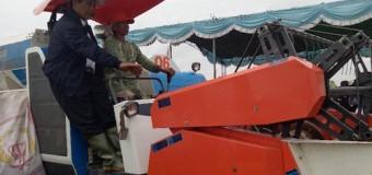 Bareng Petani, Mentan Jajal Mesin Panen Padi di Sumsel