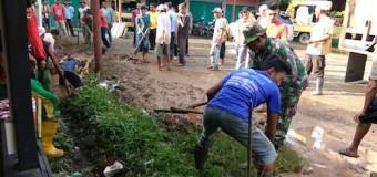 Kepedulian Babinsa Meunasah Mayang Pagar Air, Bantu Bersihkan Saluran Parit Warga Binaannya