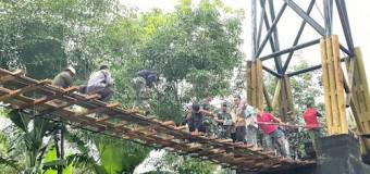 Ingin Generasi Muda Tetap Bisa Bersekolah, Prajurit Kodam II/Swj Perbaiki Jembatan