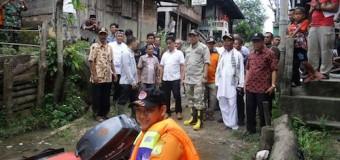 Naik Perahu Karet, Beni Tinjau Banjir Petaling Kecamatan Lais