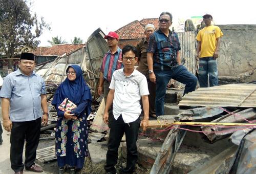 Foto(Red): Tiga orang kader PAN, yakni Heriyanto,Aziz Kemis, dan Dra Nursyamsi mendatangi lokasi kebakaran di Jalan Ki Merogan Palembang, Minggu (16/9/2018).